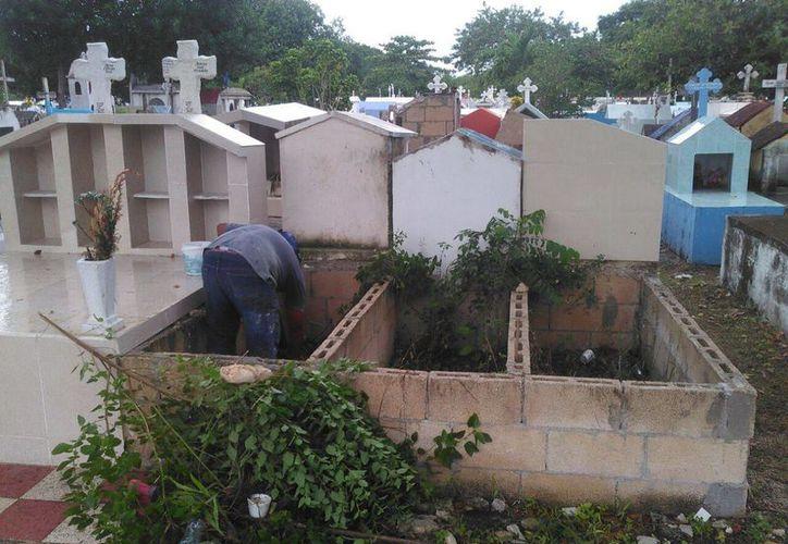 Los panteones de Cancún fueron limpiados para recibir a cientos de personas durante la celebración del Día de Muertos. (Tomás Álvarez/SIPSE)