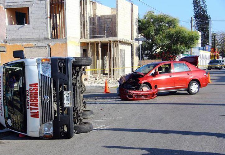 Para la mala suerte de una mujer que conducía un Tiida, provocó un choque con 12 lesionados en la colonia México Oriente. Para su buena suerte nadie resultó herido de gravedad. (SIPSE/Pallota)