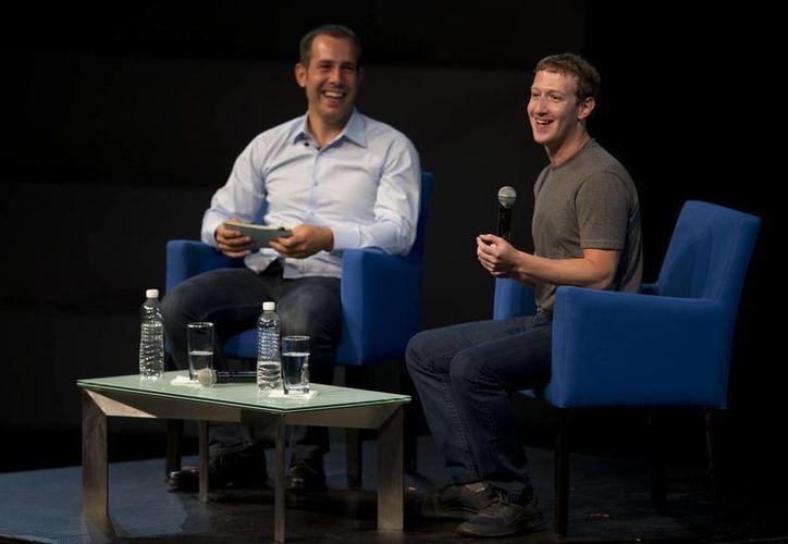 Mark Zuckerberg y Javier Olivan, Vicepresidente de Crecimiento y Analytics de Facebook durante una charla con beneficiarios de las becas de Fundación Telmex en el evento México Siglo XXI anual en la Ciudad de México. (Agencias)