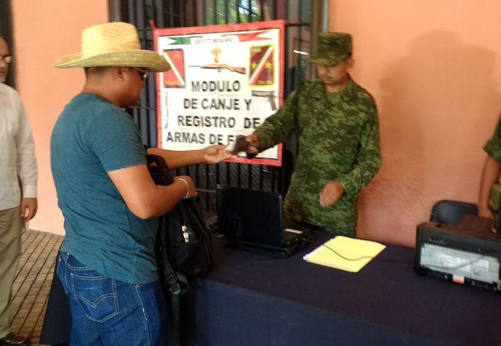 En los bajos de Palacio Municipal se instaló el módulo de registro y canje de armas, por el que los propietarios reciben entre 700 y dos mil  pesos. (Fátima Ramírez/SIPSE)