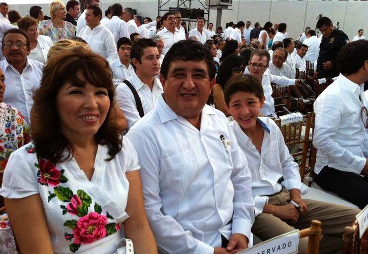 El diputado Alvara Rubio con su esposa y uno de sus hijos. (Facebook)
