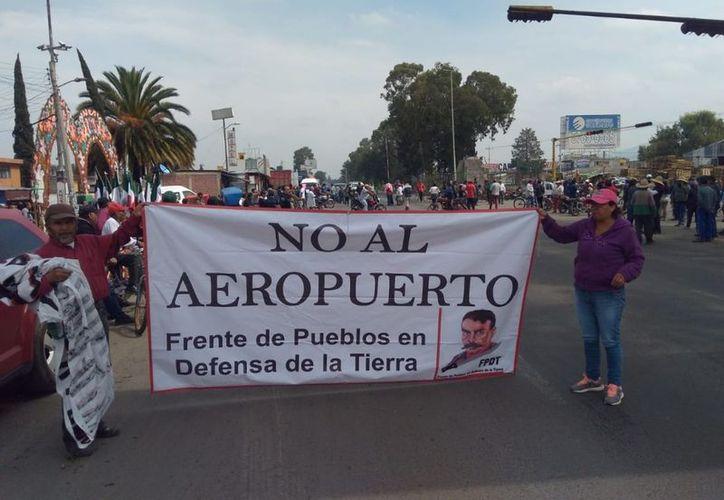 Los demandantes bloquearon la carretera federal Texcoco-Lechería y culparon al gobierno de solapar la agresión. (La Jornada)