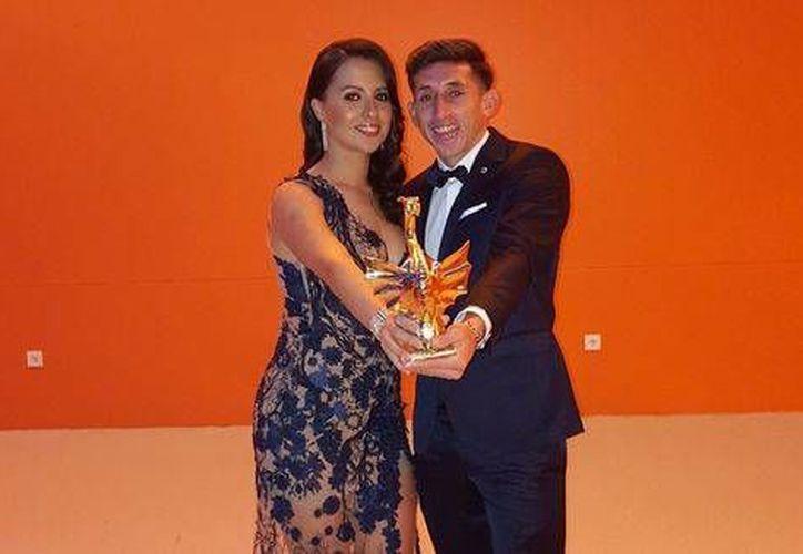 Héctor Herrera con su premio al futbolista del año del Porto (Imagen tomada de la cuenta de Twitter @HHerreramex)