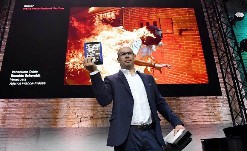 Ronaldo Schemidt, al momento de recoger el premio. (El País)