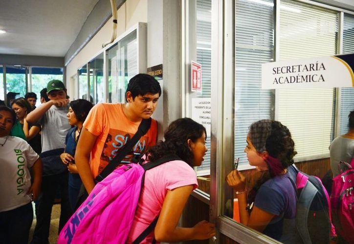 El clima de elecciones en las facultades de la Uady en general es de inconformidad y tensión. En la imagen, estudiantes de Veterinaria acuden a votar por sus líderes favoritos. (Milenio Novedades)