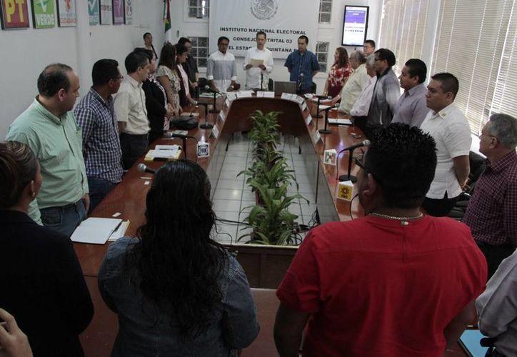 El proceso de insaculación en presencia de los consejeros electorales de los 10 partidos políticos. (Tomás Álvarez/SIPSE)