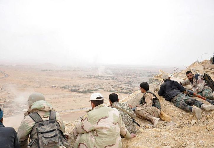 Integrantes del ejército sirio durante una batalla contra milicianos del Estado Islámico, muy cerca de Palmira, en Siria. (AP/Archivo)