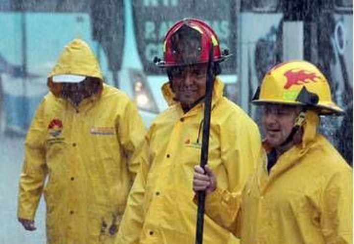 Previó a las lluvias empleados de Obras Públicas y Servicios Municipales en conjunto con CAPA, desazolvaron 200 pozos de absorción. (Redacción/SIPSE)