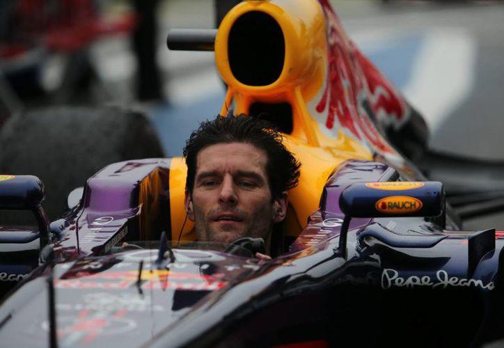 El piloto Mark Webber se quitó el casco antes de concluir la carrera del Gran Premio de Brasil de Fórmula Uno, en la cual llegó en segundo lugar. (EFE)