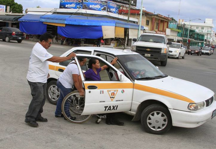 """La firma del convenio y arranque de la campaña de sensibilización para grupos vulnerables, denominada """"Taxi para Todos"""". (Ángel Castilla/SIPSE)"""