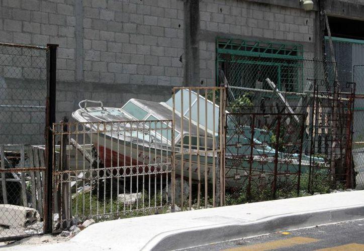 Piden retirar los cacharros de los patios de las viviendas. (Luis Soto/SIPSE)