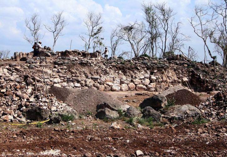 En el lugar los especialistas hallaron templos, adoratorios y fachadas con decoraciones prehispánicas. (José Acosta/SIPSE)