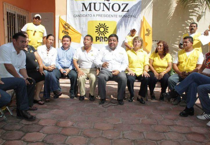 Orlando Muñoz Gómez y sus colaboradores en conferencia de prensa. (Adrián Barreto/SIPSE)
