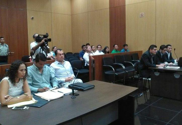 Del lado izquierdo, el declarado culpable del homicidio del psiquiatra Triay Peniche, Pablo Santos García Gutiérrez, y su defensa durante la audiencia para la determinación de sanciones. (Luis Fuente/ Milenio Novedades)