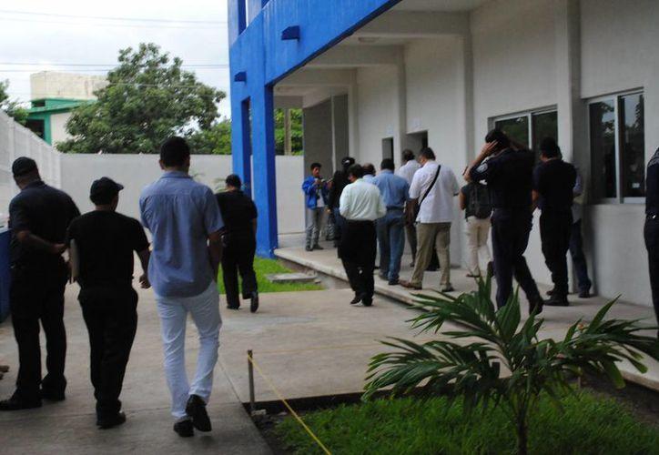 Los funcionarios municipales recorrieron cada una de las aulas y donde se imparten los cursos a los uniformados. (Redacción/SIPSE)