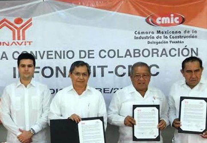 Directivos de Infonavit y CMIC firmaron acuerdo el convenio de colaboración 'Empresas de Diez'. (Milenio Novedades)