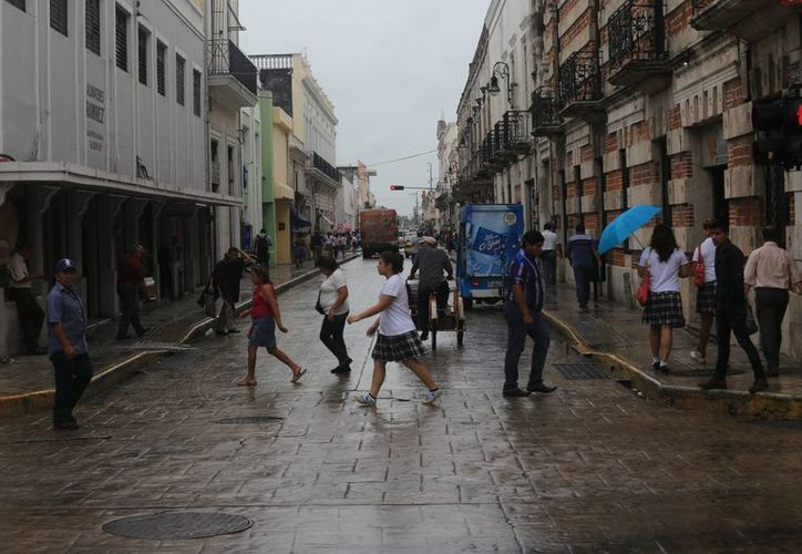 La lluvia se hizo presente en buena parte del día en Mérida. (Mauricio Palos/SIPSE)
