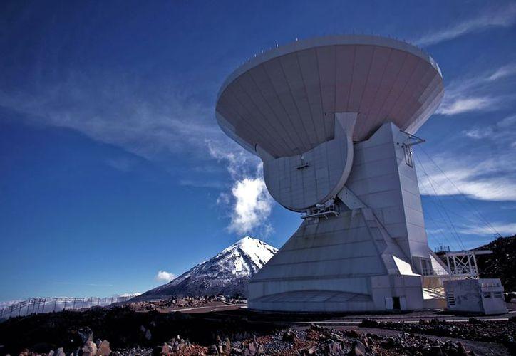 Para que el telescopio opere al 100%, aún falta terminar de instalar varios paneles. (Notimex)