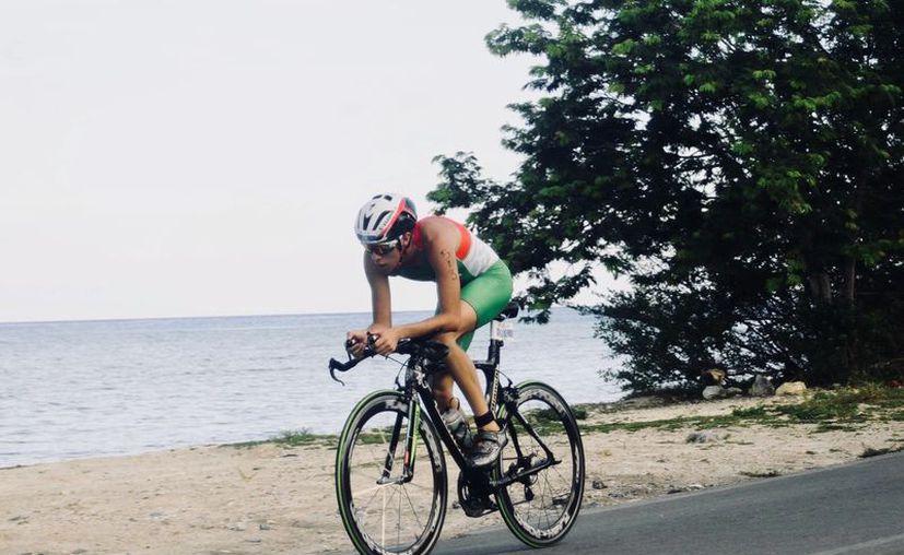 El estudiante de derecho se mostró motivado y rápido se incorporó al entrenamiento en carrera y ciclismo. (facebook.com/danielcoralm)