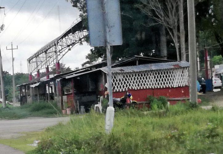 Habitantes de Xul-Há afirman que los negocios establecidos a un lado del domo deportivo son focos de infección. (Javier Ortiz/SIPSE)