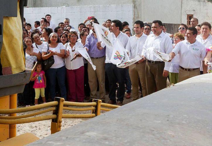 El gobernador Rolando Zapata presidió el inicio de trabajos de pavimentación de casi 13 kilómetros lineales en Kanasín. (SIPSE)