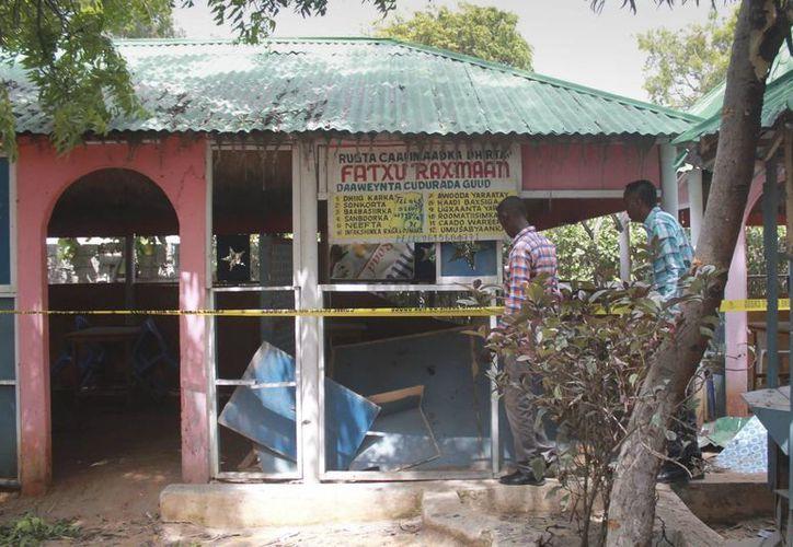 Al menos tres personas murieron y otras cinco resultaron heridas en un atentado suicida perpetrado por un hombre en un restaurante de Mogadiscio, informaron hoy fuentes de las fuerzas de seguridad. (EFE)