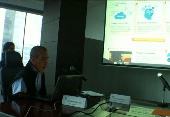 Antonio Solano, embajador de Inclusite, en la conferencia muestra cómo el servicio permite navegar al emitir sonidos e incluso soplidos hacia el micrófono. (Milenio)