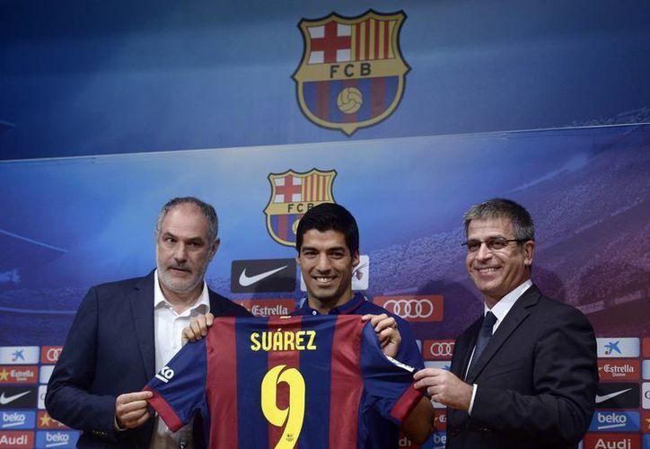 Luis Suárez dejó a la deriva a Uruguay en el Mundial de Brasil tras hacerse expulsar por una mordida, pero este martes fue presentado como refuerzo del Barcelona. (Foto: AP)