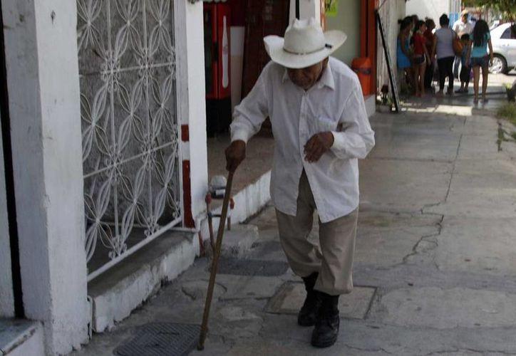 En Yucatán existe más de 216 mil adultos mayores y la esperanza de años de vida en el hombre es de 72.9 y en la mujer de 77.6. Imagen de un anciano en el centro de Mérida. (Milenio Novedades)