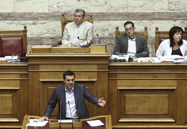 """El primer ministro griego, Alexis Tsipras, invitó a los diputados a votar a favor para asegurar """"la supervivencia del país y continuar con la lucha"""". (AP)"""
