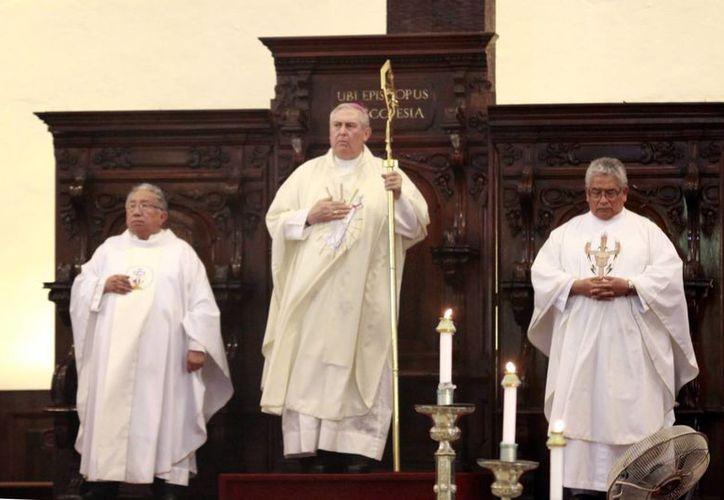 Este martes el arzobispo de Yucatán, Emilio Carlos Berlie Beleunzarán, presentará su renuncia al cumplir 75 años de edad. La imagen es de la misa de su aniversario sacerdotal número 48, el pasado 3 de julio. (SIPSE)