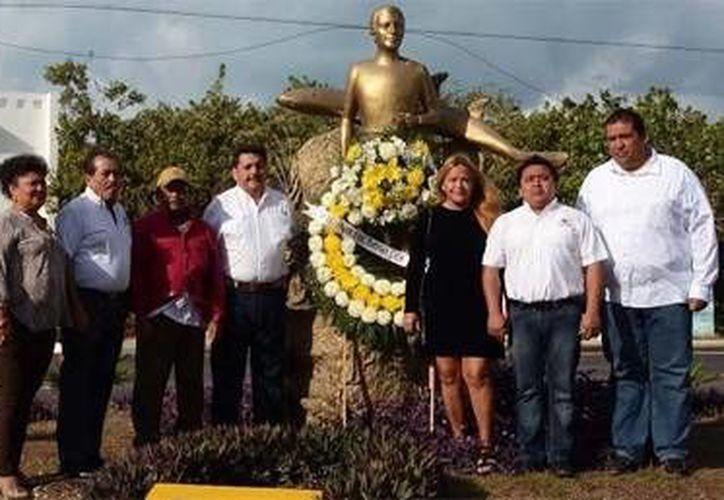 Autoridades y habitantes acudieron a brindar un reconocimiento a Ramón Bravo por las acciones que realizó a favor del medio ambiente de la isla. (Notimex)