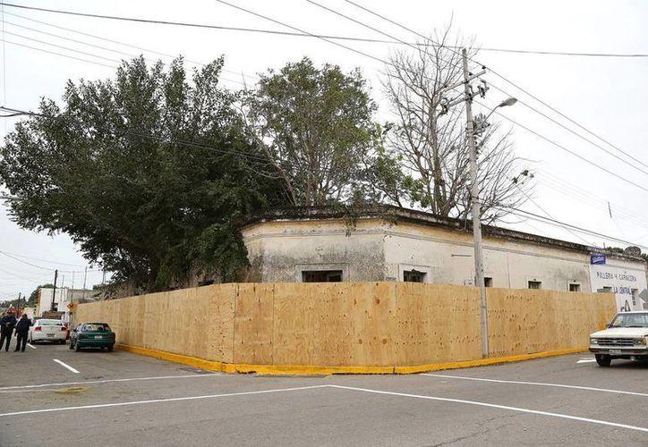 """Los predios en riesgo de caer, en el Centro de Mérida, fueron literalmente encerrados con """"tapias"""" de madera. El Ayuntamiento asegura que hay 29 en riesgo inminente de venirse abajo. (Cortesía)"""