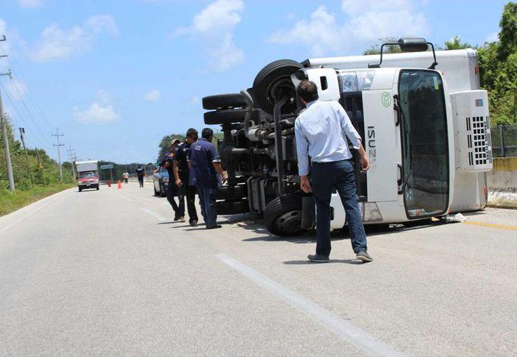 El conductor y el acompañante no sufrieron lesiones y lograron salir por sus propios medios de la unidad. (Sara Cauch/SIPSE)