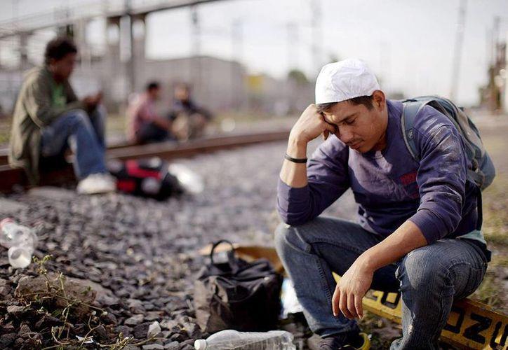 La canciller Claudia Ruiz Massieu y varios cónsules en EU publicaron un video en donde informan a los inmigrantes mexicanos sobre  sus derechos en el vecino país.  Imagen de contexto de un hombre ilegal mientras viaja tumbo a EU. (posta.com.mx)