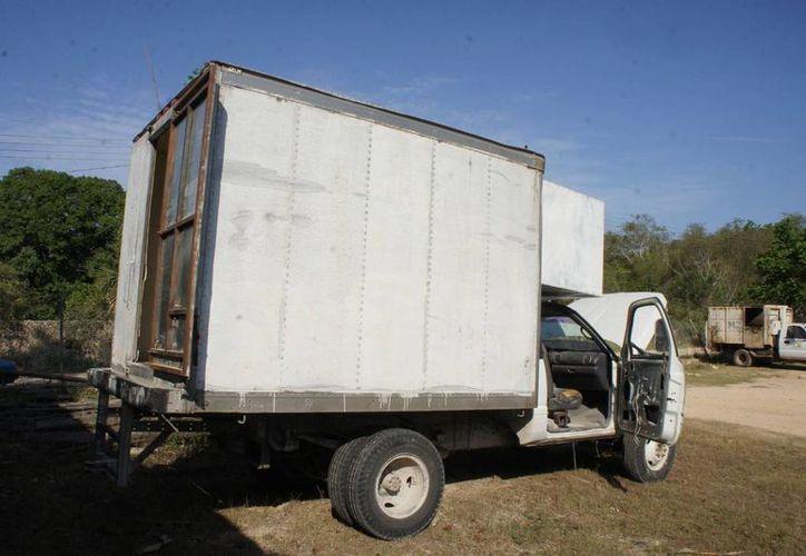 Al momento de inspeccionar la camioneta, los ocupantes ya se habían dado a la fuga; se cree que son más de 190 cajas de cigarros. (Carlos Yabur/SIPSE)