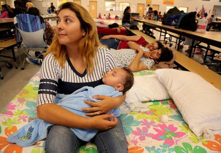 Miles de personas huyeron de la zona de impacto del huracán Matthew en Florida y se alojaron en albergues. (Douglas R. Clifford/Tampa Bay Times via AP)
