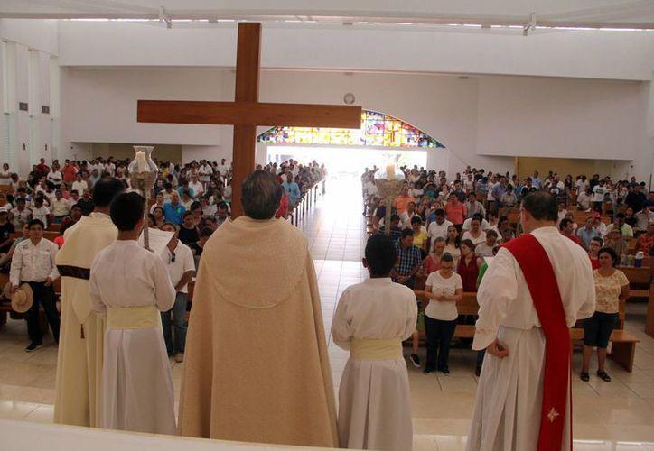 Feligreses de la iglesia de Cristo Resucitado participaron en el vía crucis por calles de los fraccionamientos Monterreal y Montecristo. (José Acosta/SIPSE)