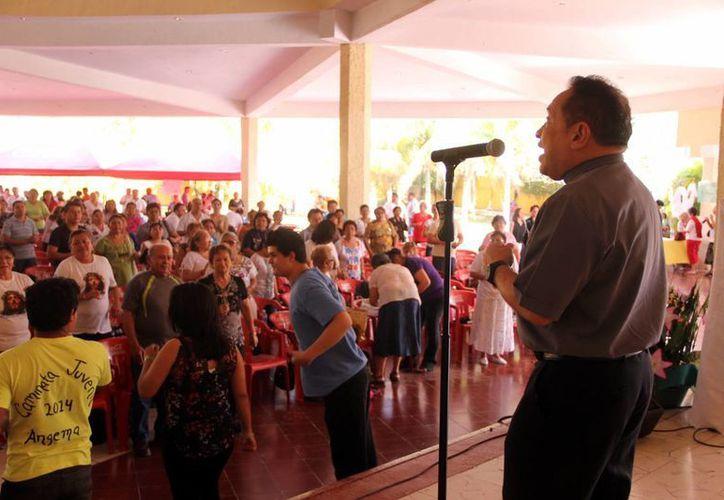"""El padre Miguel Medina Oramas durante su intervención en el Congreso """"Moviendo Montañas con Cristo"""". (Milenio Novedades)"""