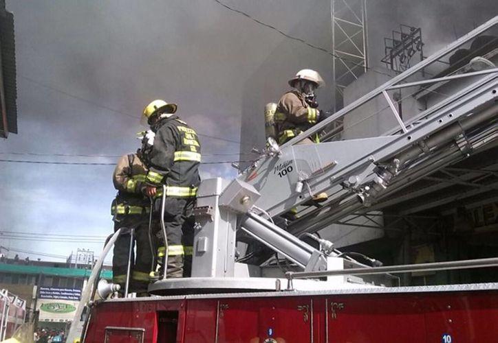 Los bomberos controlaron el fuego en una bodega de Atzcapotzalco. Se desconocen las causas del siniestro. (imagen de contexto/Notimex)