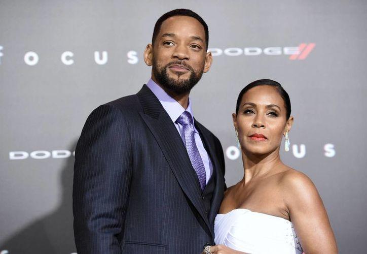 Una mujer de Virginia entró a la residencia del actor Will Smith y se negó a salir, dijeron las autoridades, en la imagen, Smith posa junto con su esposa Jada Pinkett en la alfombra roja de la pelicula 'Focus'. (AP)